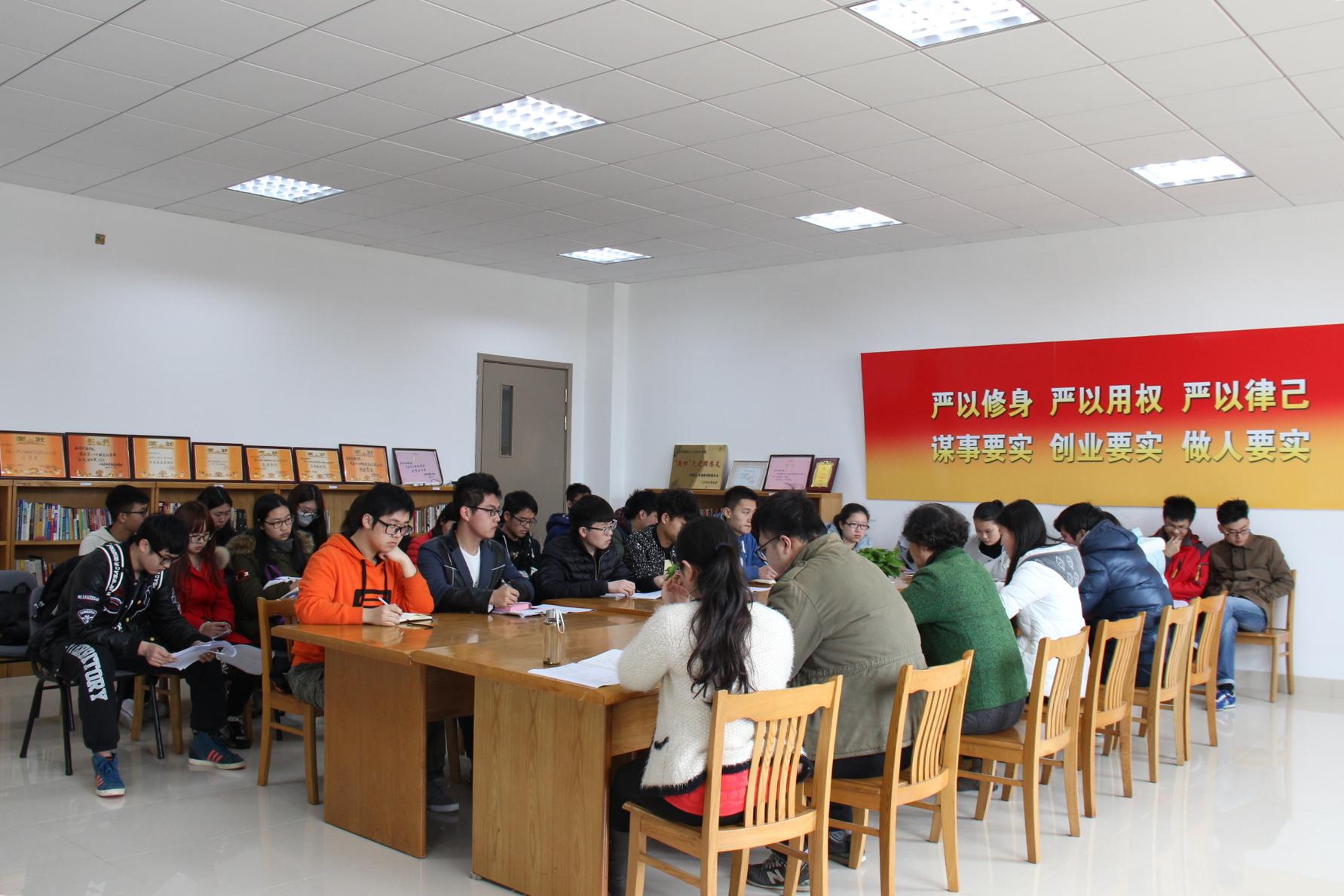 新闻传播学院召开社区工作会议